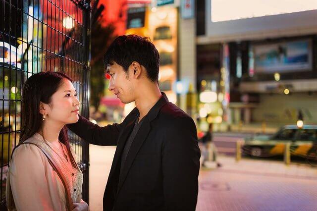 夜の街のカップルの写真